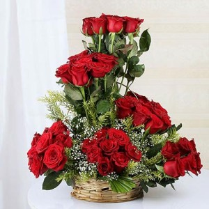 bunch-of-50-red-roses-in-a-round-handle-basket