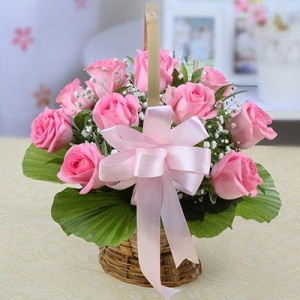 round-basket-of-10-pink-roses